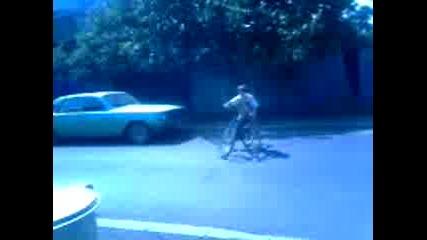 Мом4е се опитва да кара на задна гума