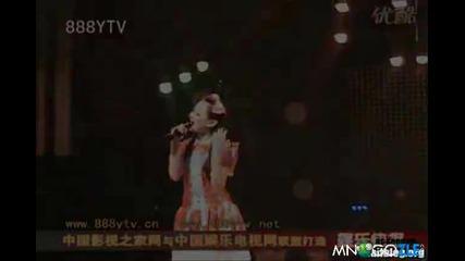 Японка пее с обърнат микрофон - Голяма излагация