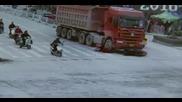 Семейство на мотор излиза пред камион на светофар