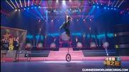 Световен рекорд на Гинес! .. Жонглиране с верижен трион върху велосипед с едно колело!
