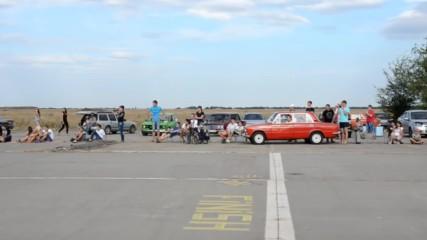 Бясна Лада буквално размазва всички автомобили на драг състезание!