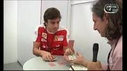 Фернандо Алонсо показва трикове с карти