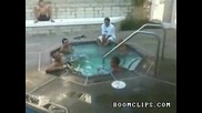 Човек Изскача от басейн !!