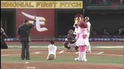 Човек без ръце и крака хвърля бейзболна топка