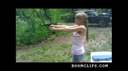 този изстрел почти свали тениската на момичето.смях:))