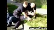 Американски полицай любезно задържа арестант