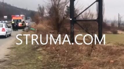 Тежък инцидент! БМВ се заби в билборд край Благоевград