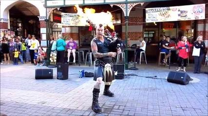 Луд гайдар свири на център в Австралия