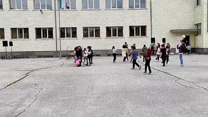 Весело е в училищния двор