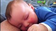 Сладко бебче се смее на сън!