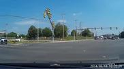 Жена преминава на червен светофар