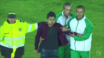 Дете нахлу на терена за да прегърне своя идол, Роналдиньо!