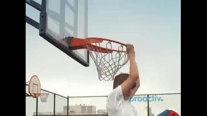 Justin Bieber играе баскетбол ;]