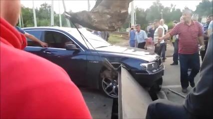 Руска мутра с Б М В в капана на железопътен прелез :)