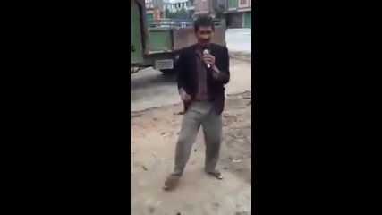 Смешен китаец пее китайска песен