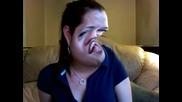 Момиче се смее пред Камера с ефекти - 101% Ще се спукате от смях