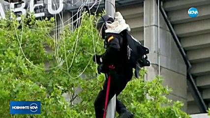 КОНФУЗ ПРЕД КРАЛЯ: Испански парашутист с националния флаг се оплете в уличен стълб