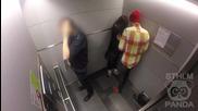 Жена е заплашвана в асансьор - как реагират хората