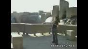 Жена танцува докато върти обръч!