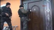 Турски полицаи срещу врата. Кой ще победи?
