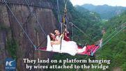 Най-екстремната сватба- на стъкления мост в Китай