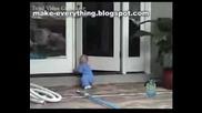 bebe pluva po korem bez da se odavi