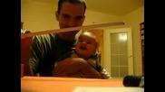 Бебе се побърква от смях