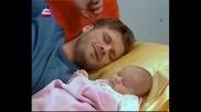И. носи бебето при спящия в детската стая Мехмет
