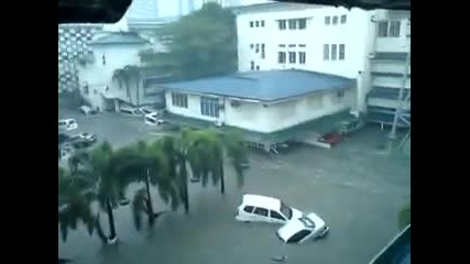 Наводненията в Филипините - Плаващи коли