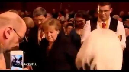 Душ от бира за германския канцлер Ангела Меркел