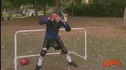 Игра на футбол с топка с вода - скрита камера