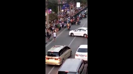 Когато шофьор реши да блокира трафика в Тайланд!