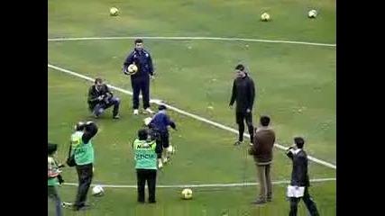 К.роналдо от Узбекистан шашна Роналдо, засенчвайки звездата при жонглиране с топка