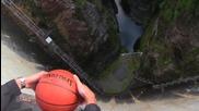 Какво ще стане, ако хвърлите баскетболна топка от язовирна стена?
