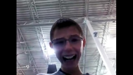 Бавноразвиващо се хлапе разглежда Ipad в магазин