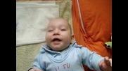 Бебе Се Тресе От Смях