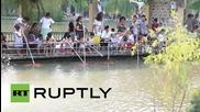 Китай: Туристи хранят риби Кои с бутилки