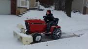 Съседчето чисти снега