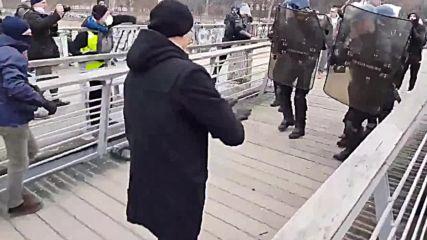 Боксьор нападна полицаи на протест във Франция