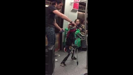 Кукла китарист прави удивително шоу в метрото!
