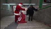 Дядо Коледа раздава подаръци на бездомни!
