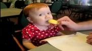 Бебета ядът лимон за първи път Смях!!!