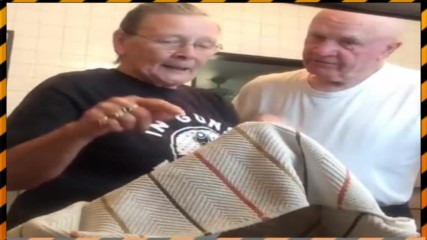 Бабка се шегува със своя старец (СМЯХ)