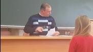 Преподавател проверява лекции