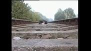 Мъж лежи под прелитащ Влак! Възможно ли е?