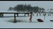 Лудаци на ''плаж'' при минусови температури!