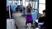 Напушена баба танцува в трамвай