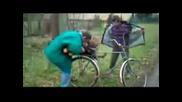 Пияни се опитват да качат дънер на велосипед