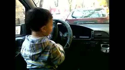 Диди слуша музика в колата