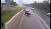 Моторист при падане запазва самообладание ,спасява гаджето си !